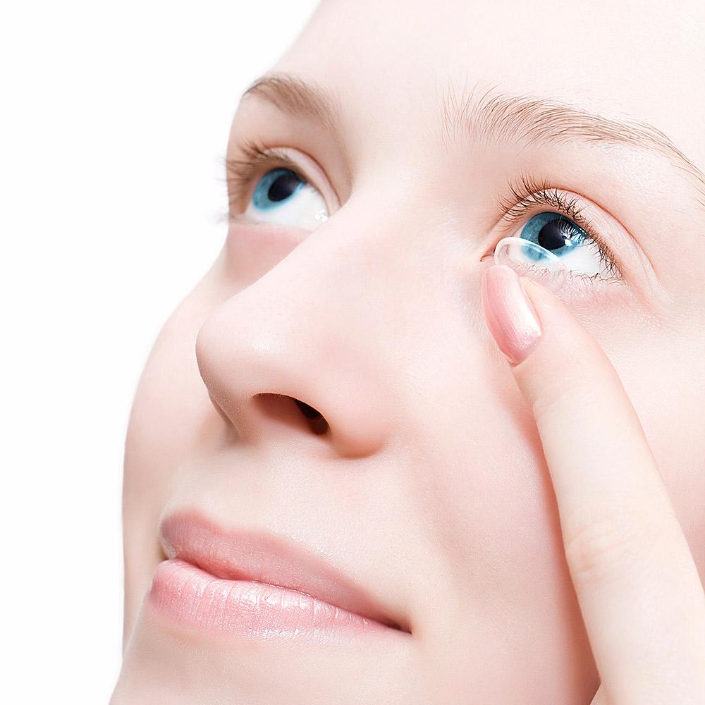 Frau mit Contactlinse